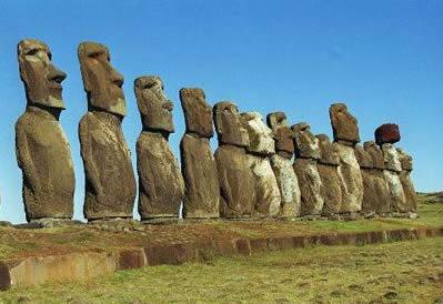 Los moais son unas grandes estatuas de piedra situadas en varios lugares de la isla